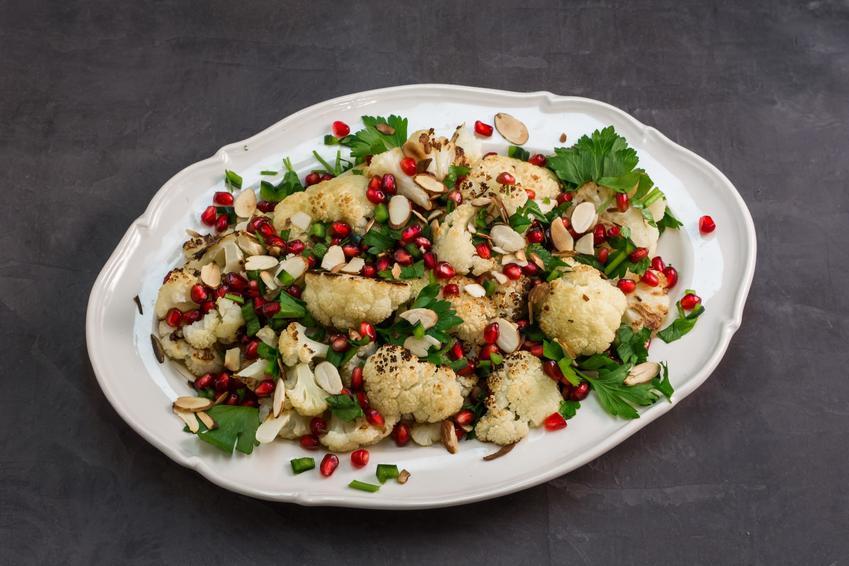 Sałatka kalafiorowa z warzywami na talerzu oraz sałatka z kalafiora i przepisy