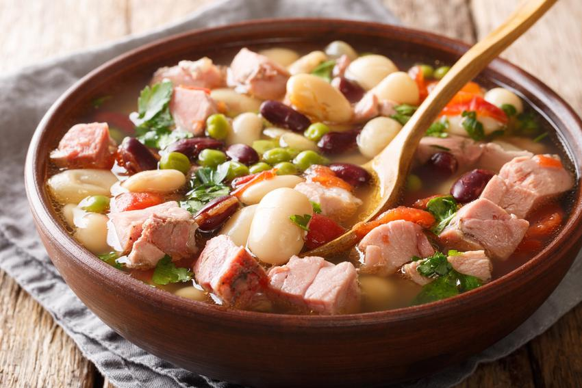 Gulasz z szynki wieprzowej z warzywami na talerzu, czyli przepis na gulasz z mięsa