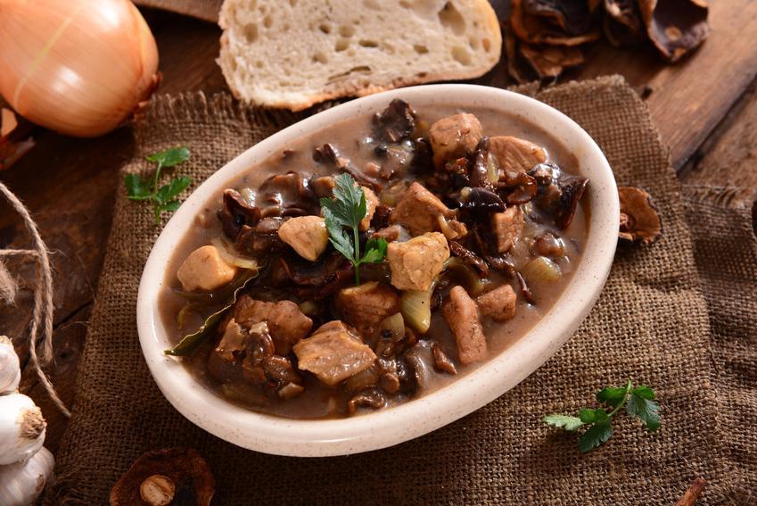 Pyszny gulasz z szynki wieprzowej z dodatkiem pieczarek, czyli przepis na gulasz z mięsa