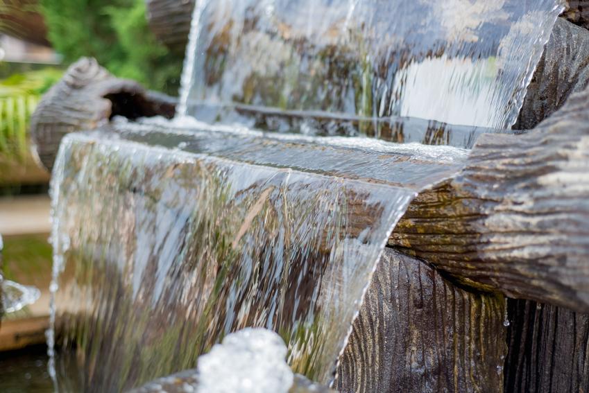 Kaskada wodna w ogrodzie i strumyk, a także polecane kaskady ogrodowe i ich rodzaje