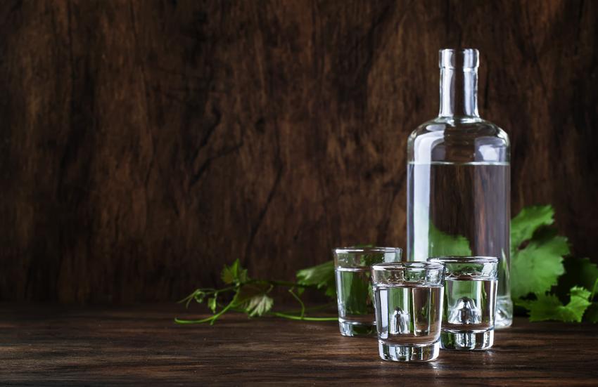 Bimber w butelce i samogon w kieliszkach, czyli produkcja bimbru w Polsce