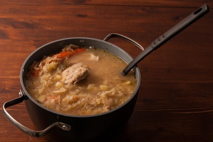 Kapuśniak z kiszonej kapusty z mięsem w garnku, a także prosty przepis na kapuśniak