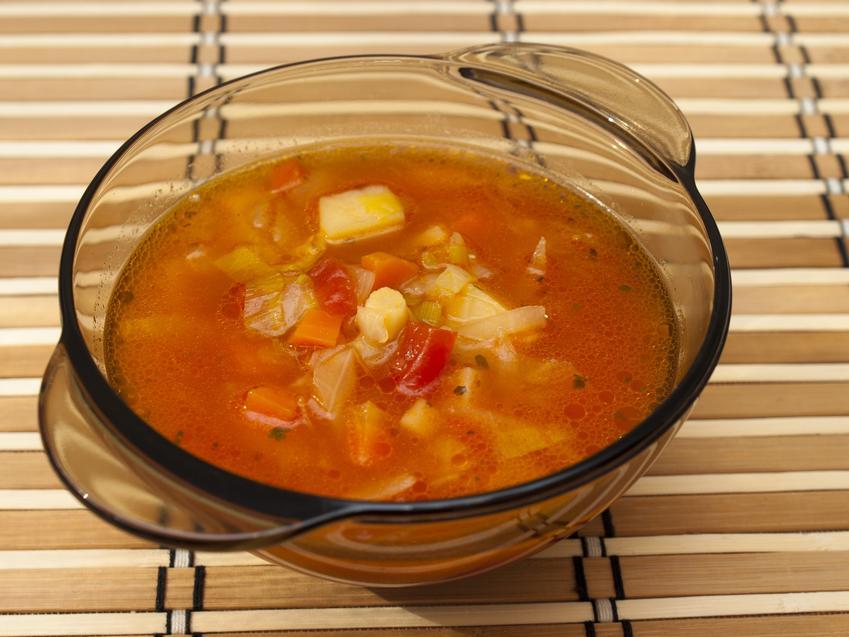 Kapuśniak z kiszonej kapusty z pomidorami w miseczce, a także prosty przepis na kapuśniak