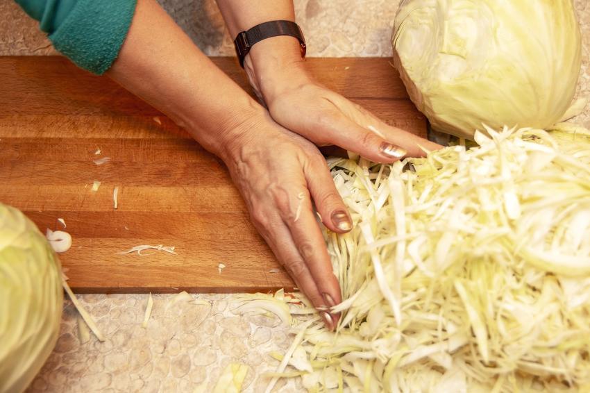 Szatkowanie świeżej kapusty, a także kiszona kapusta w domu, czyli przepis na kiszoną kapustę