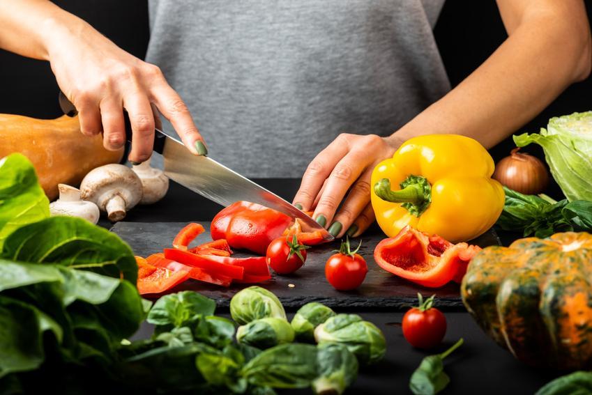 Kobieta podczas krojenia papryk w różnych kolorach, a także sałatka z papryki i surówka z papryki