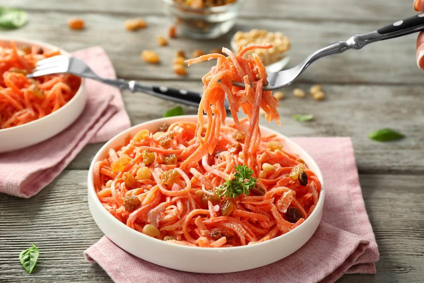 Surówka z marchewki z chrzanem i majonezem na talerzu i widelcu oraz przepisy