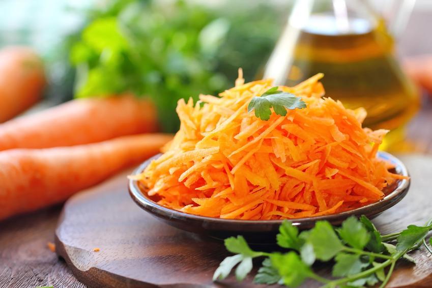 Tarta marchewka na talerzu, a także surówka z marchewki z chrzanem i przepisy