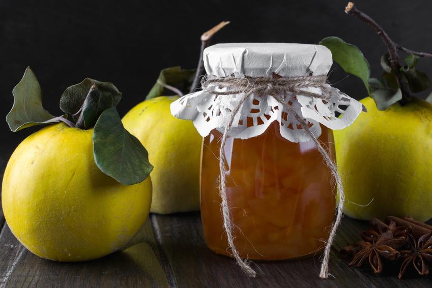 Konfitura z pigwy do herbaty w słoiku na tle owoców pigwy, a także najlepsze przepisy
