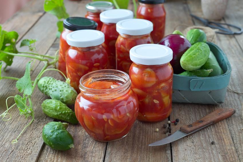 Ogórki po cygańsku na zimę w słoikach, a także przepis na ogórki w pomidorach