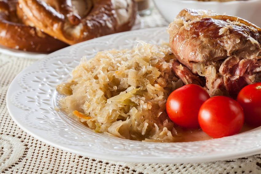 Golonka pieczona w kapuście kiszonej z pomidorkami, a także golonka w kiszonej kapuście i przepis