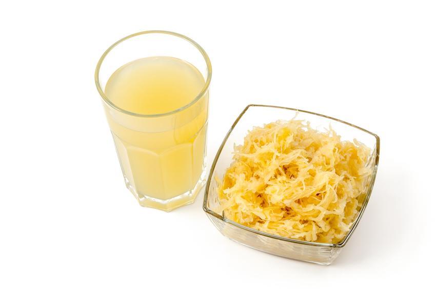 Sok z kiszonej kapusty i kiszona kapusta na białym tle, a także kwas z kiszonej kapusty i jego zastosowanie