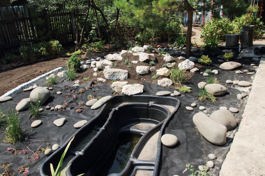 Budowa oczka wodnego w ogrodzie, a także oczka wodne plastikowe i forma do oczka wodnego,