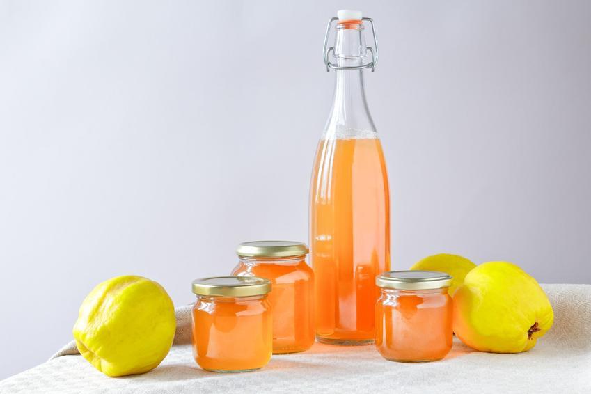 Sok z pigwy na stole w butelce, czyli sok z owoców pigwy i jak zrobić sok