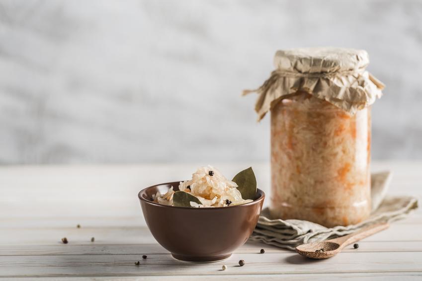 Kapusta kiszona w słoiku na stole oraz sposoby na kiszenie kapusty w słoikach na zimę