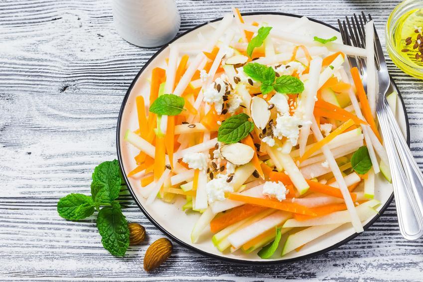 Surówka z rzepy z marchewką na talerzu, a także sałatka z rzepy i przepi na nią