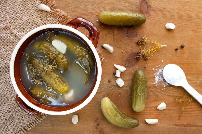 Kiszone ogórki w garnku, a także sałatka i surówka z ogórków kiszonych do obiadu