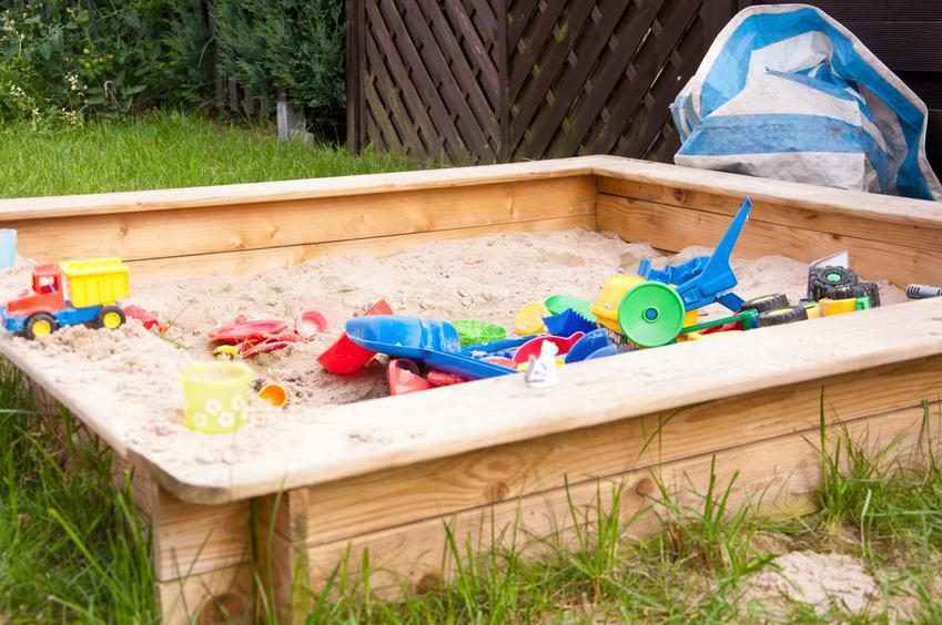 Piaskownica dla dzieci w ogrodzie, a także zamykane piaskownice, drewniane i plastikowe