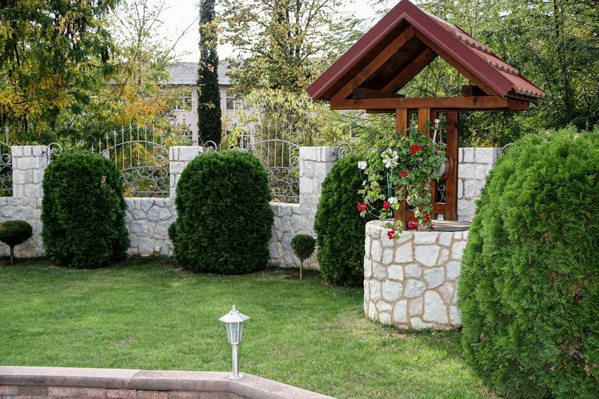 Obudowana studnia w ogrodzie, a także porady, jak obudować studnię