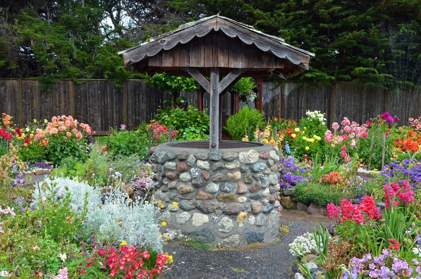 Obudowa studni ogrodowej wśród kwiatów, a także, jak obudować studnię