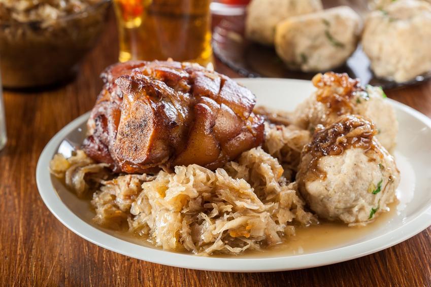 Kapusta kiszona zasmażana z golonką na talerzu obiadowym oraz przepisy na zasmażaną kapustę