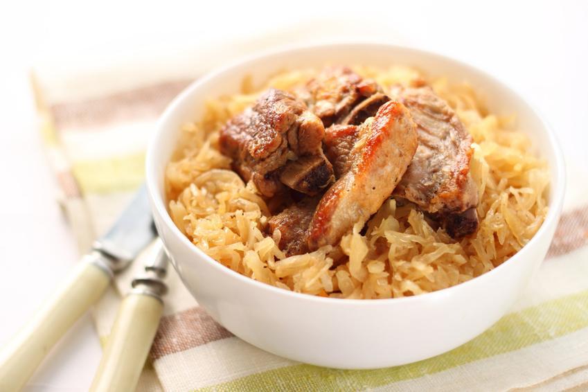 Kapusta kiszona zasmażana w misce jako dodatek do mięsa, a także najlepsze przepisy