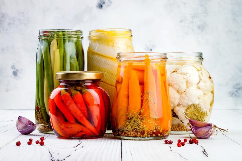 Kiszonki z warzyw w słoikach na białym tle, a także przepisy na kiszonki z warzyw