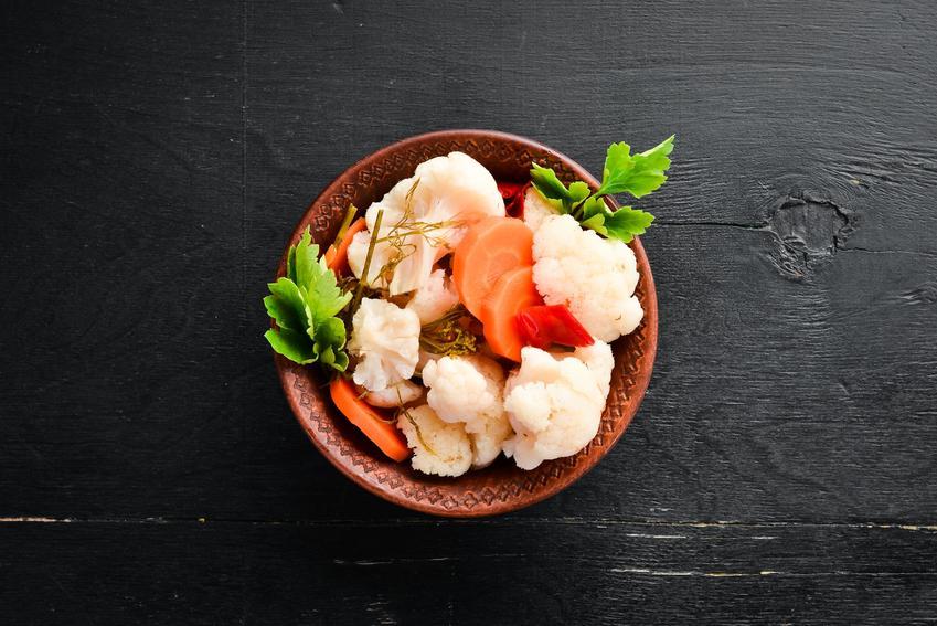 Kiszony kalafior leżący na talerzu, a także polecany kiszony kalafior, przepis na kiszony kalafior