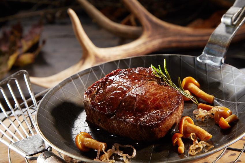 Mięso z sarny podane na patelni oraz marynata do sarniny, marynowanie sarniny