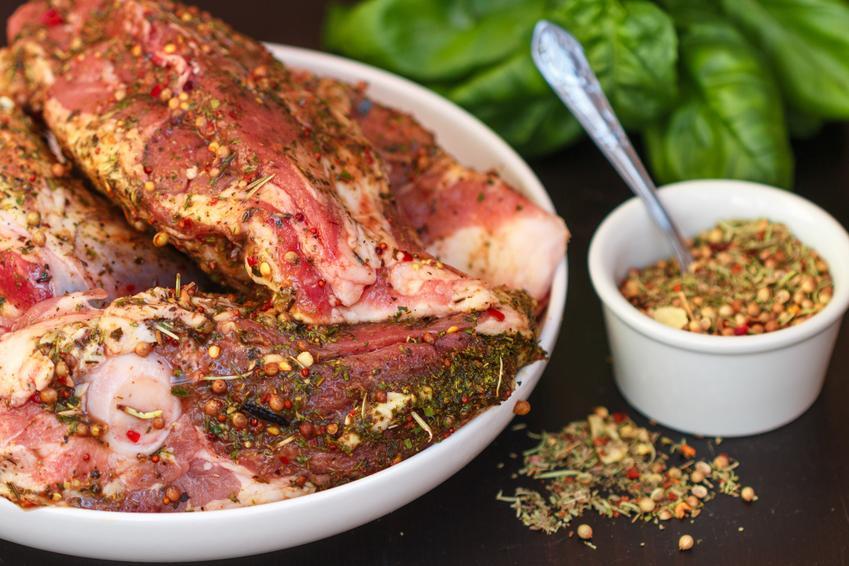 Zamarynowane mięso, a także ostra marynata warzywna i pikantna marynata