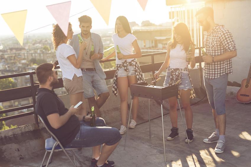 Przyjaciele grillujący na balkonie, a także grillowanie w bloku a przepisy