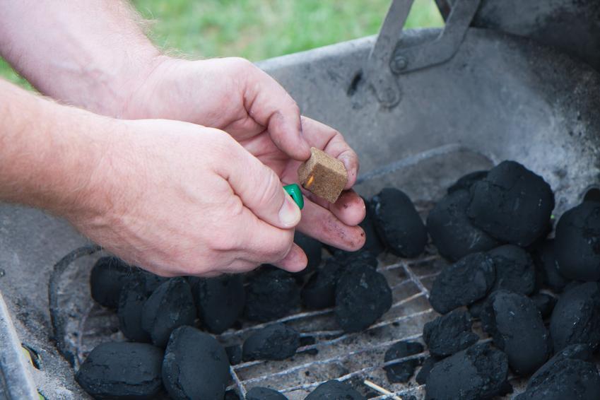 Rozpalenie grilla przez mężczyznę, a także szybkie sposoby na rozpalenie grilla