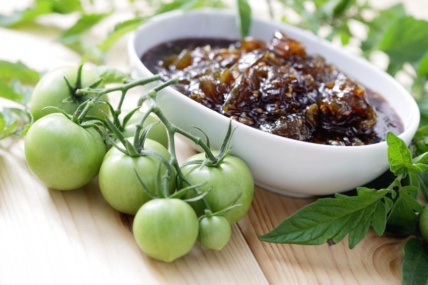 Gotowy dżem z zielonych pomidorów w misce, a także przepisy na powidło z zielonych pomidorów