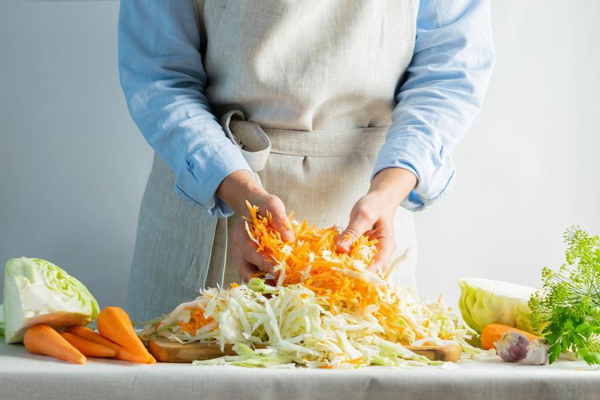 Szatkowanie kapusty i marchewki do kiszenia, a także proporcje i ile soli
