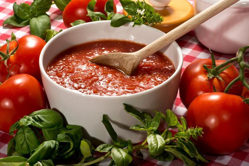 Przecier pomidorowy w miseczce, a także przepis na domowy przecier z pomidorów