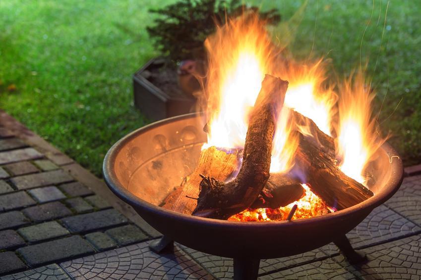 Palenisko ogrodowe z rozpalonym ogniem, a także porady, palenisko ogrodowe z grillem wybrać