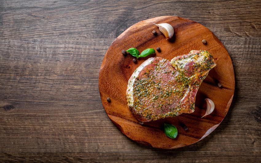 Marynowane mięso na talerzu, a także marynata do wołowiny, w czym marynować wołowinę