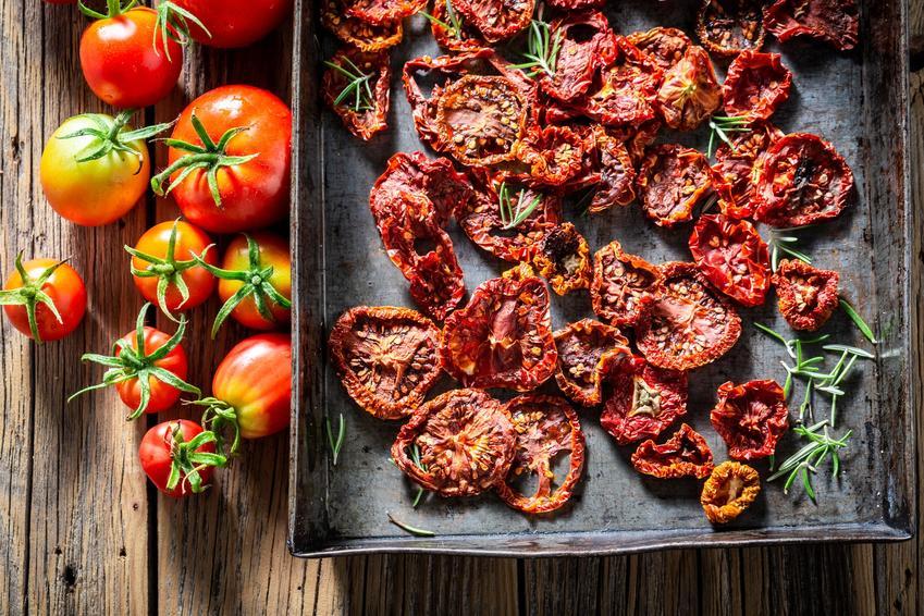 Suszone pomidory na blaszce do piekarnika oraz przepis na suszone pomidory w słoiku
