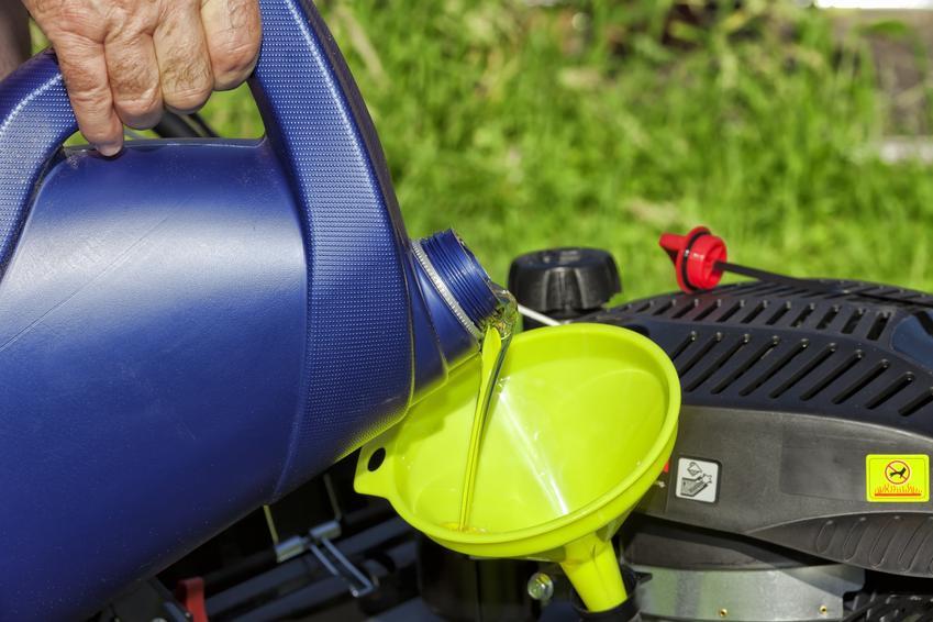 Olej silnikowy do kosiarki spalinowej w trakcie uzupełniania oraz jaki olej do kosiarki
