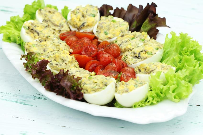 Jajka faszerowane na wielkanoc na talerzu i przepisy na faszerowane jaja