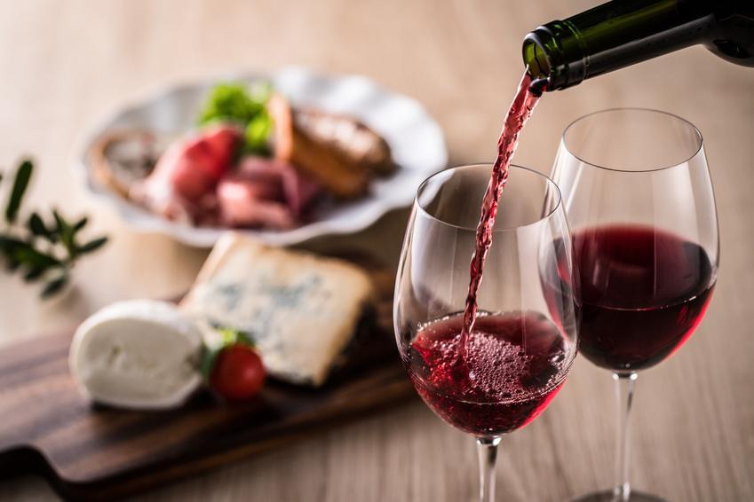 Nalewanie wina do kieliszków, a także wino z wingron, wino z derenia, wino z jarzębiny, wino z pigwy i przepisy