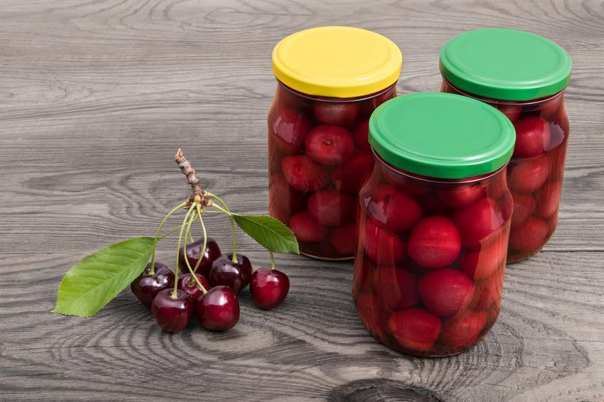 Kompot z czereśni w słoikach na stole, a także przepisy na przetwory z czereśni