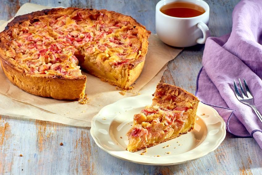 Ciasto z rabarbarem i kruszonką na kruchym spodzie oraz przepis na ciasto rabarbarowe