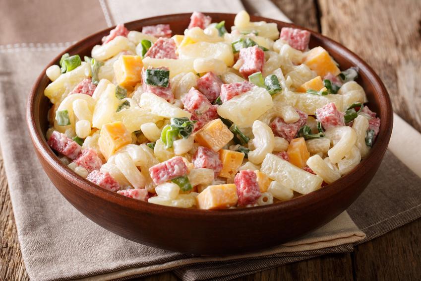Makaronowa sałatka z szynką konserwową w misce na stole, a także przepis i wykonanie