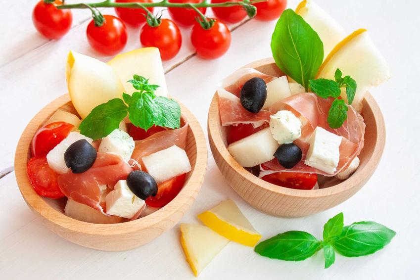 Sałatka z szynką parmeńską w miseczkach, a także przepis oraz opis jak wykonać sałatkę