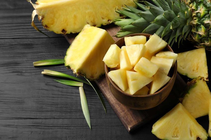 Pokrojony ananasa do sałatki z szynką i ananasem, a także najlepsze przepisy na sałatkę