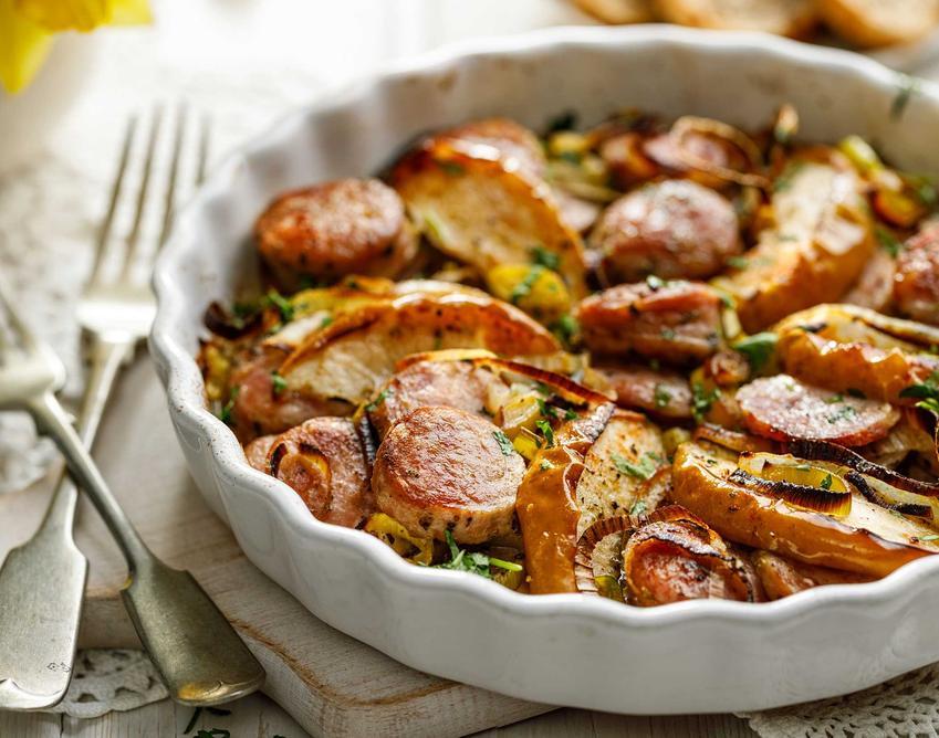 Zapiekanka z kiełbasą i ziemniakami przygotowana w piekarniku a także przepis na jej wykonanie z dodatkiem kiełbasy domowej