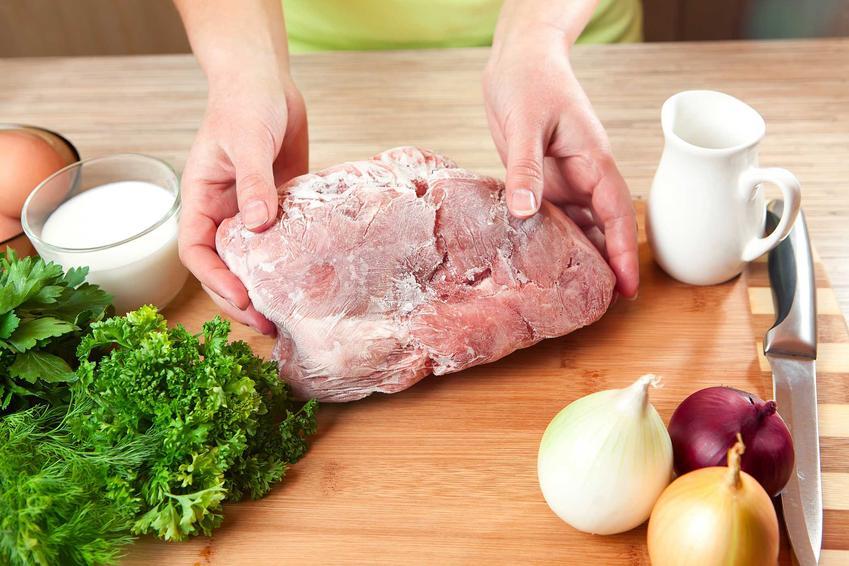 Rozmrażanie mięsa wieprzowego lub kurczaka w szybki sposób na desce do krojenia