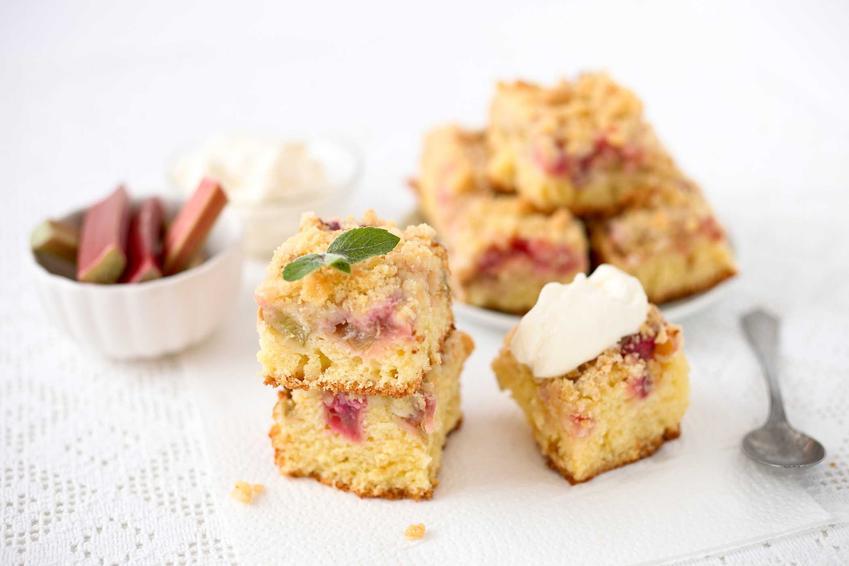 Ciasto jogurtowe z rabarbarem na talerzyku oraz proste przepisy na ciasto z rabarbarem