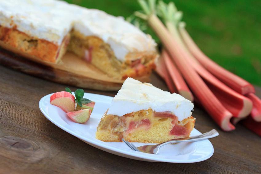 Ciasto jogurtowe z rabarbarem i słodką bezą z białek oraz przepisy na ciasto rabarbarowe z kruszonką