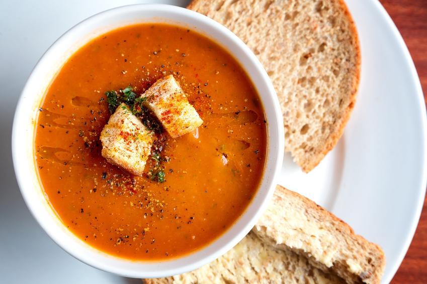 Zupa krem z papryki z grzankami w misce, a także przepis i porady kulinarne